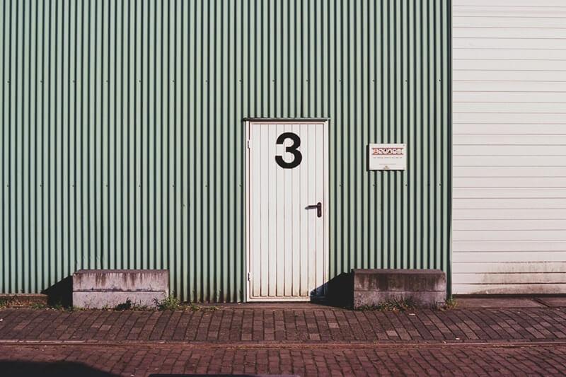 3と描かれたドア
