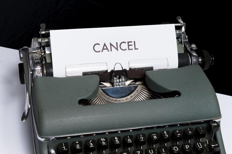 キャンセルと印字されたタイプライター