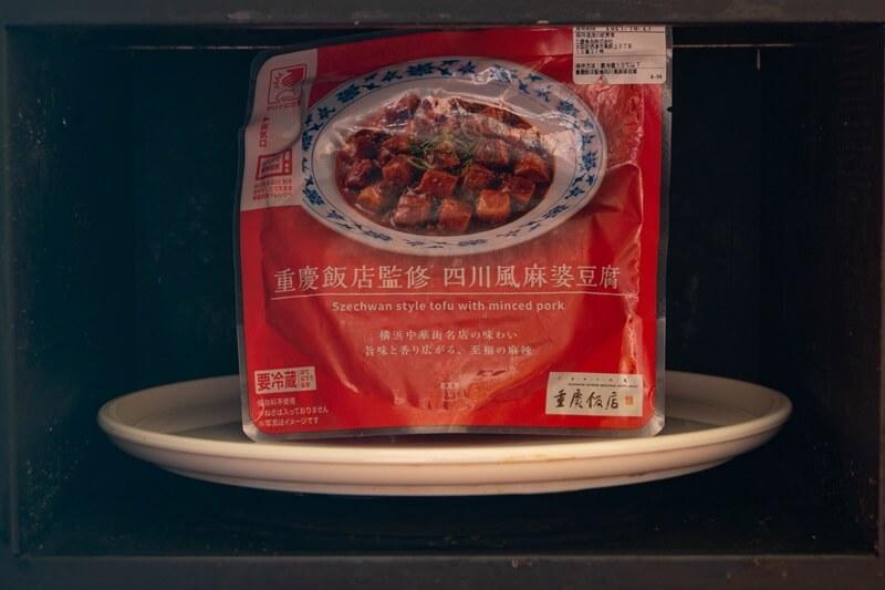 電子レンジの中の四川風麻婆豆腐